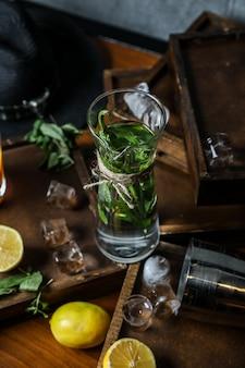 Détox frais avec des légumes et des herbes sur un bureau en bois