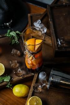 Détox frais avec des oranges tranchées servies en verre