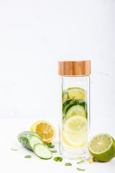 Detox infused water with lemon.summer boisson rafraîchissante.