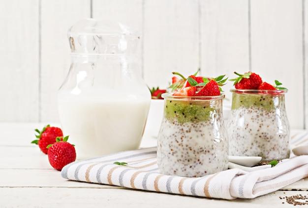 Détox et superaliments sains. pudding de graines de chia au lait de coco et aux fraises