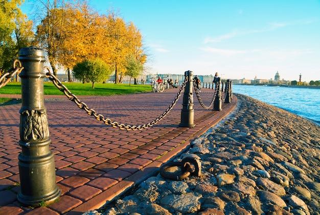 Détroit de kronverksky. île de lièvre. saint-pétersbourg en automne.