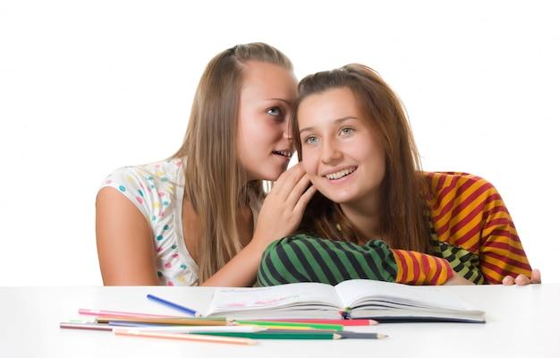 Deux, adolescentes, commérages, isolé, blanc