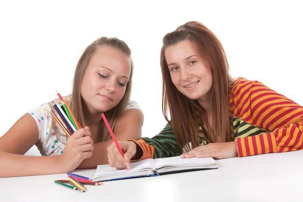 Deux, adolescentes, lecture, isolé, blanc