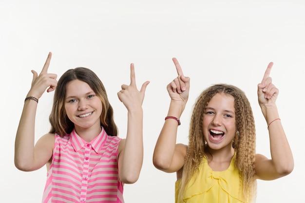 Deux adolescentes en pointant son index