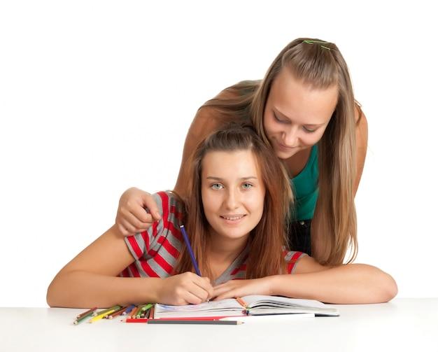 Deux, adolescentes, sourire, et, livre lecture, isolé, blanc