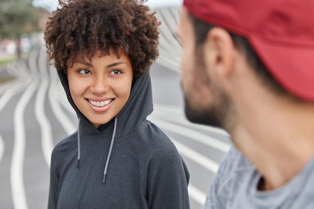Deux adolescents vêtus d'un sweat à capuche appartiennent à une sous-culture spéciale