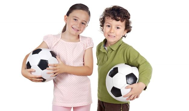 Deux adorables enfants avec des ballons de soccer