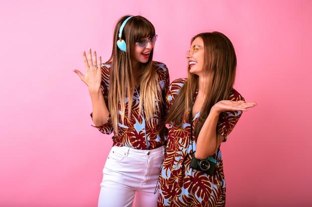 Deux adorables jeunes femmes heureux s'amusant ensemble