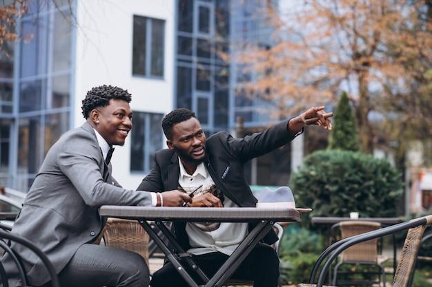 Deux, africaine, homme affaires, reposer dehors, café