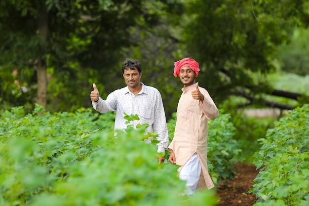 Deux agriculteurs indiens montrant des coups au champ de l'agriculture.