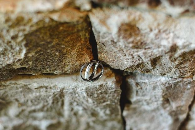Deux alliances sur des rochers symbolisant l'union amoureuse de deux personnes.