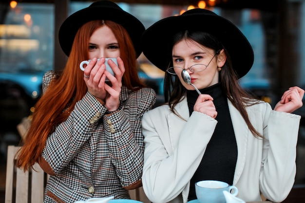 Deux amies buvant du café dans le café