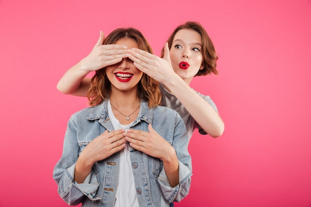 Deux amies couvrant les yeux avec les mains.