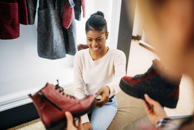 Deux amies essayant des chaussures