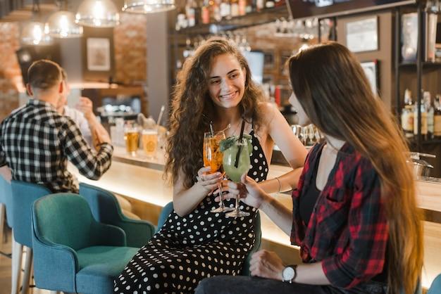 Deux amies heureuses verre de cocktail