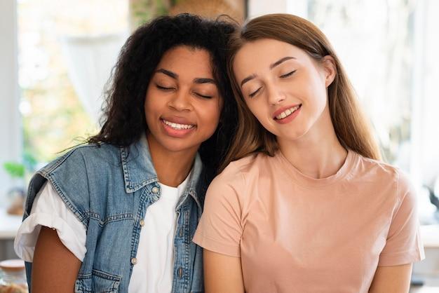 Deux amies heureux posant ensemble