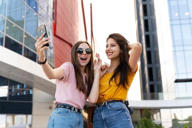 Deux amies passent du temps ensemble à l'extérieur et prennent un selfie