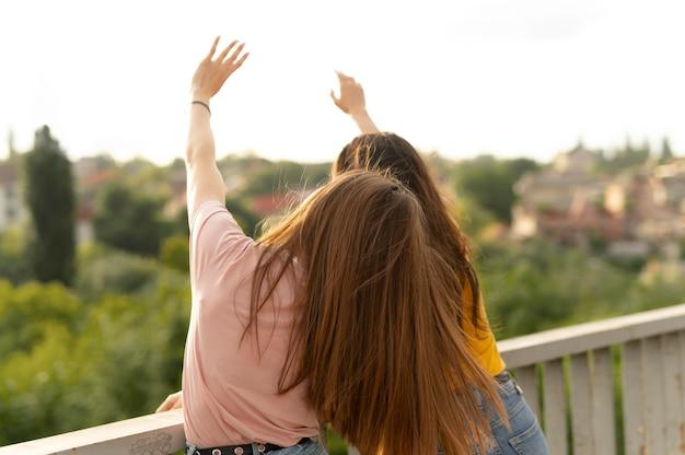 Deux amies passent du temps ensemble à l'extérieur