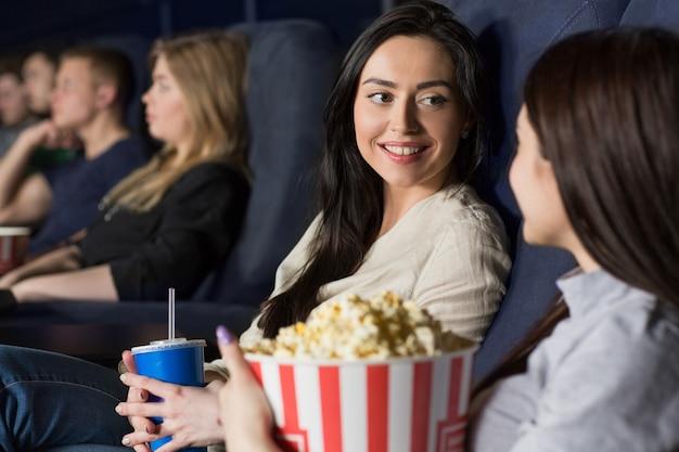 Deux amies regardent un film au cinéma ensemble