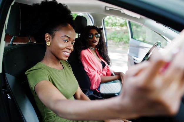 Deux amies s'amusant dans la voiture