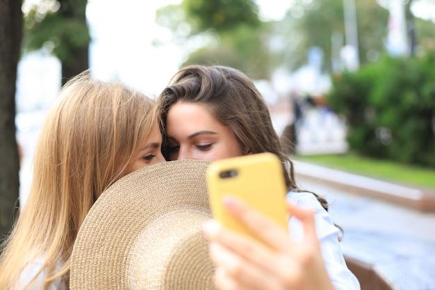 Deux amies s'embrassent pour s'amuser.