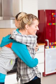 Deux amies se déplaçant dans un appartement