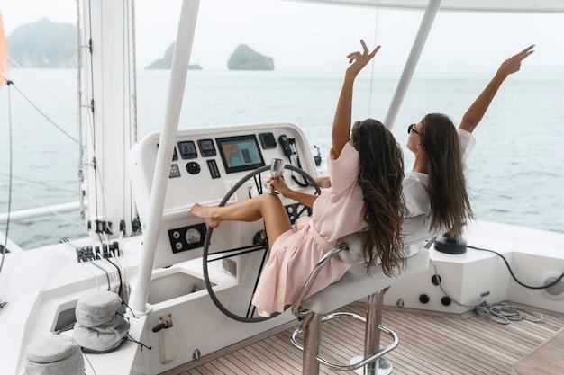 Deux amies voyageant en yacht sur la mer