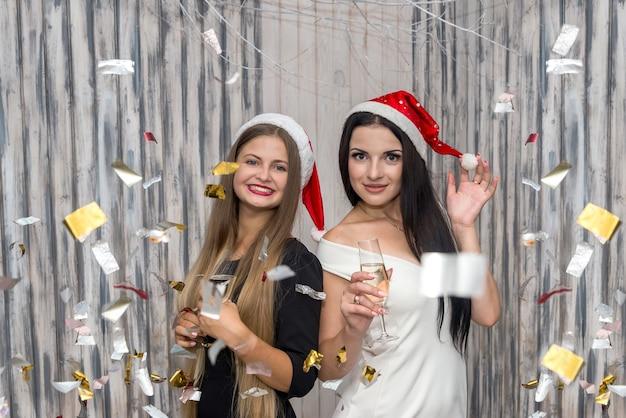 Deux amis avec du champagne et des étincelles en studio