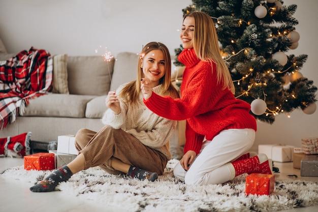 Deux amis filles célébrant noël