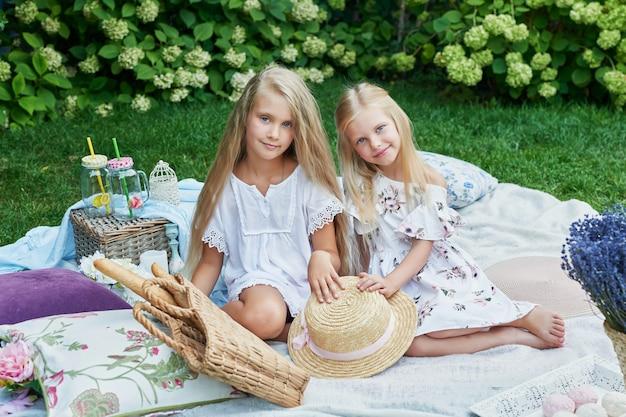Deux amis de filles dans le jardin lors d'un pique-nique en été