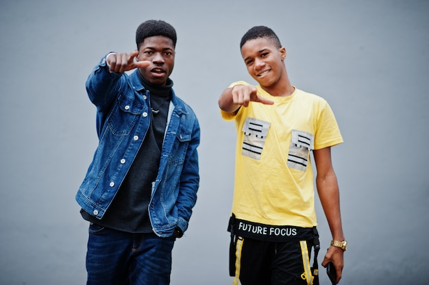 Deux amis gangsta masculins africains montrent des doigts