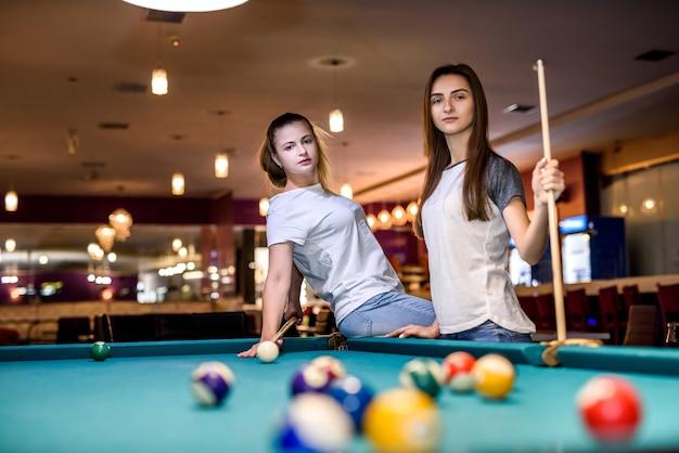 Deux amis heureux dans un pub jouant au billard