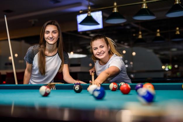 Deux amis jouant au billard dans un pub. concept de jeu