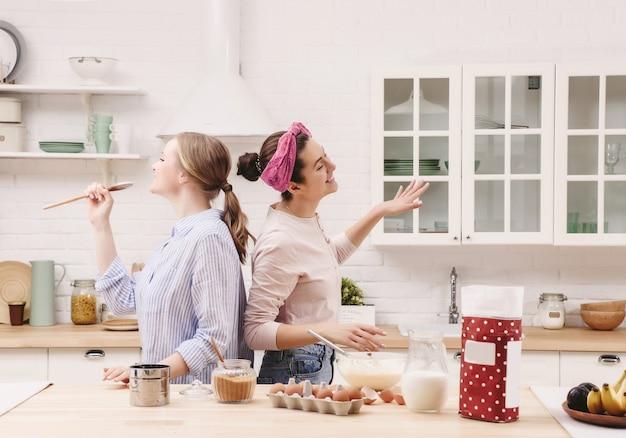 Deux amis joyeux cuisinent ensemble. amis chef cuisinier concept de cuisine
