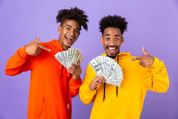 Deux amis masculins heureux dans des sweats à capuche colorés