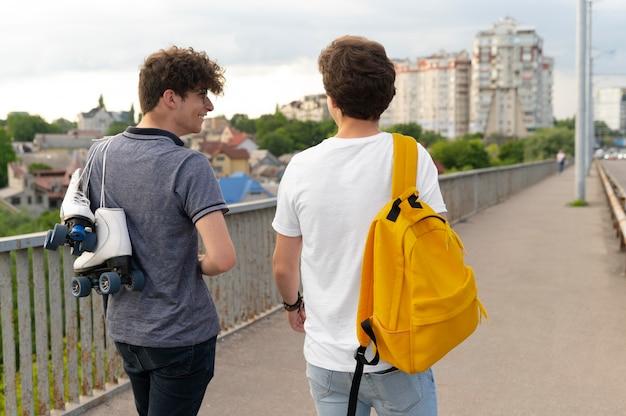 Deux amis masculins passant du temps ensemble à l'extérieur