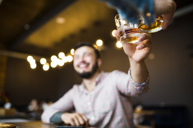 Deux amis masculins soulevant des toasts