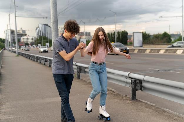 Deux amis passent du temps ensemble à l'extérieur à l'aide de patins à roulettes