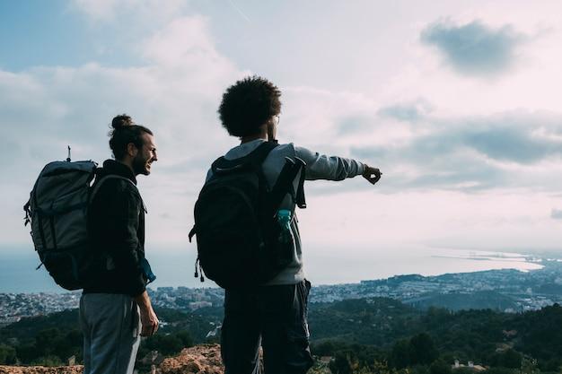 Deux amis en randonnée ensemble