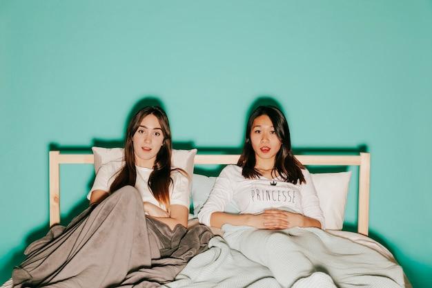 Deux amis en regardant un film intéressant sur le lit