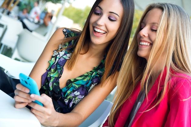 Deux amis s'amusent avec les smartphones