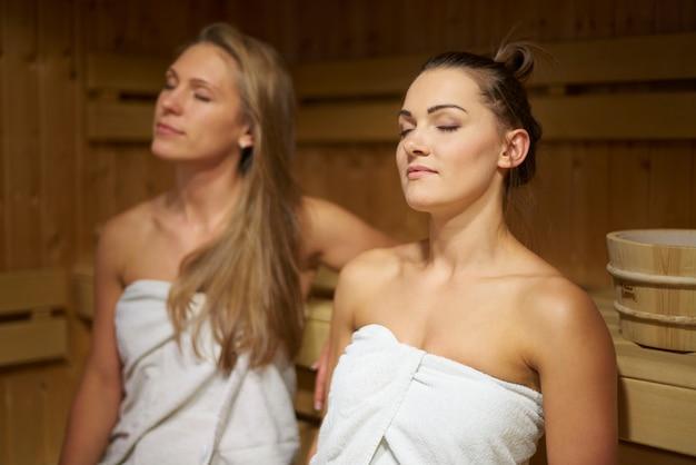 Deux amis se détendre dans le sauna