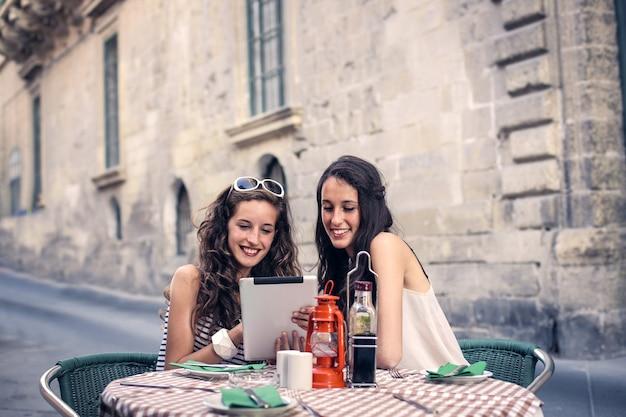 Deux amis sur une terrasse de bistro