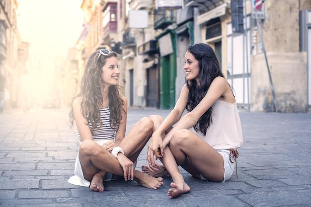 Deux amis en vacances en ville