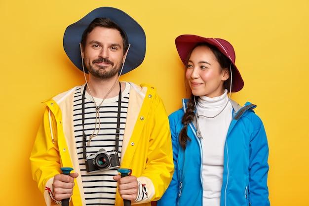 Deux amis voyagent, aiment passer du temps libre ensemble, être des touristes expérimentés