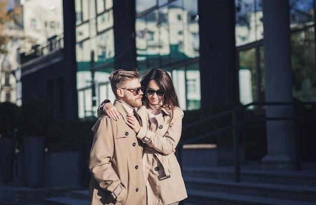 Deux amoureux dans la ville. heureux, jeune couple, marche, dans, rue, dans, jour automne