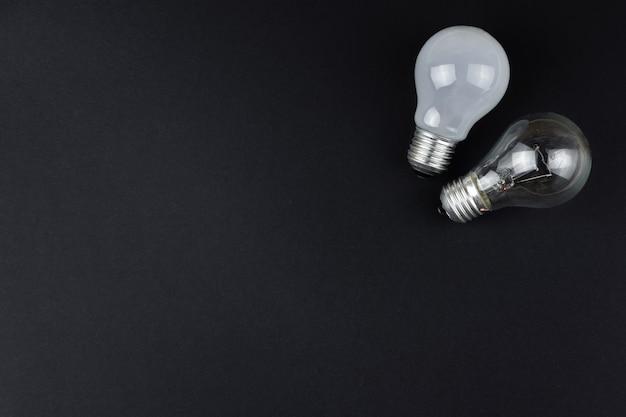 Deux ampoules électriques sur fond noir
