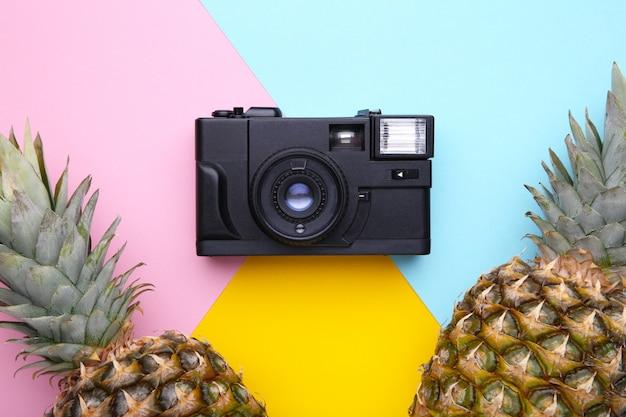 Deux ananas mûrs avec caméra sur un fond coloré