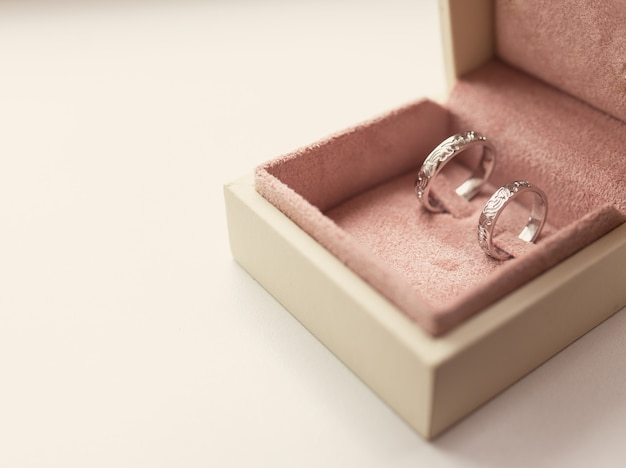 Deux anneaux de mariage en boîte, photo teintée