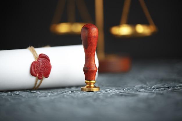 Deux anneaux de mariage d'or cassés document de décret de divorce.